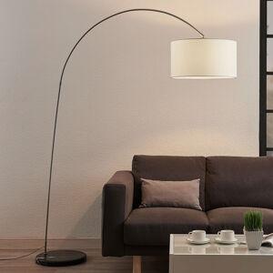 Lindby Oblouková stojatá lampa Belinda s bílým stínidlem